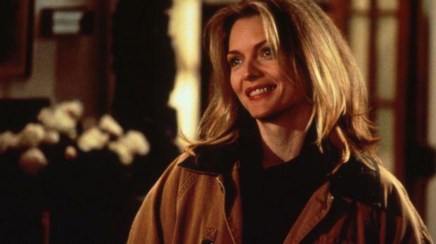 Die schöne Laura (Michelle Pfeiffer) ist von Lektor Will fasziniert ... © Col...