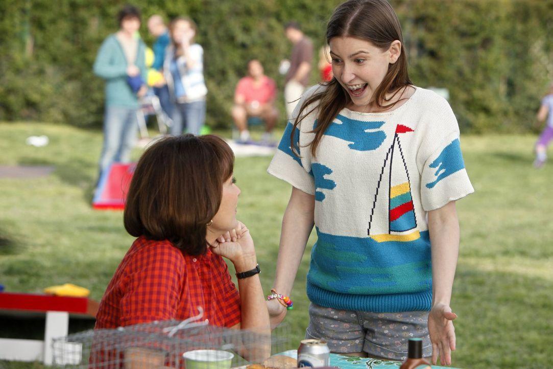 Während Frankie (Patricia Heaton, r.) darüber besorgt ist, dass Axl wieder mit der herrischen Morgan zusammen ist, genießt Sue (Eden Sher, r.) das P... - Bildquelle: Warner Brothers