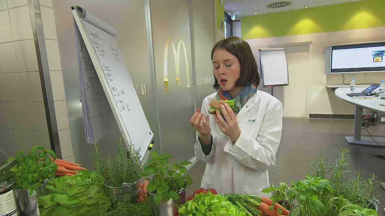 """In """"15 Dinge, die Sie über McDonald's wissen müssen"""" werfen wir einen Blick hinter die Kulissen und lernen Menschen kennen, die mit ihrer Arbeit und... - Bildquelle: SAT.1"""