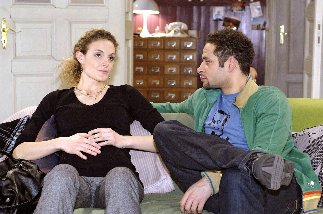 Jannick (Mike Adler, r.) macht sich Sorgen um Maja (Barbara Lanz, l.), die Robert nichts von ihrem Arztbesuch erzählen will. - Bildquelle: Oliver Ziebe Sat.1