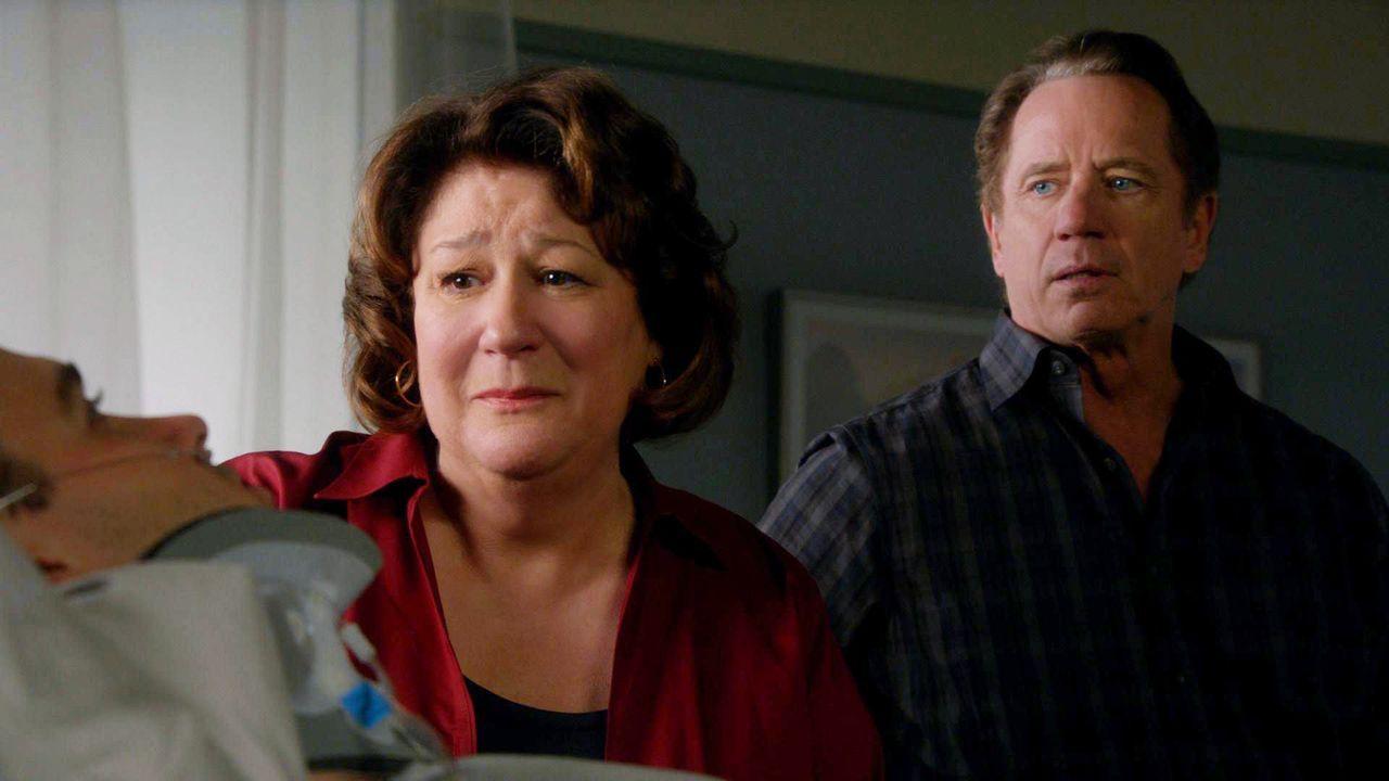 Lenny (Aaron Dean Eisenberg, l.), der Sohn von Rita (Margo Martindale, M.) und Len (Tom Wopat, r.) ist verunglückt und hat sich den ersten Halswirb... - Bildquelle: 2011 CBS BROADCASTING INC. ALL RIGHTS RESERVED