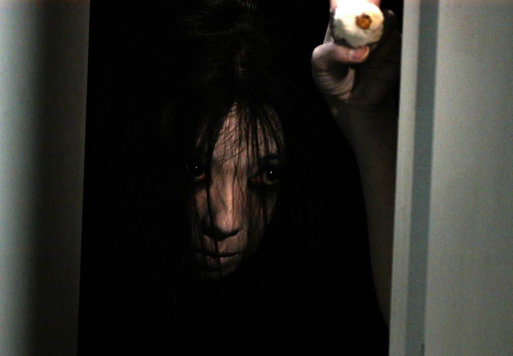 Kayakos Geist (Takako Fuji) ist hartnäckig - nicht einmal mit Knoblauch lässt er sich aus dem alten Haus verscheuchen ... - Bildquelle: Constantin Film