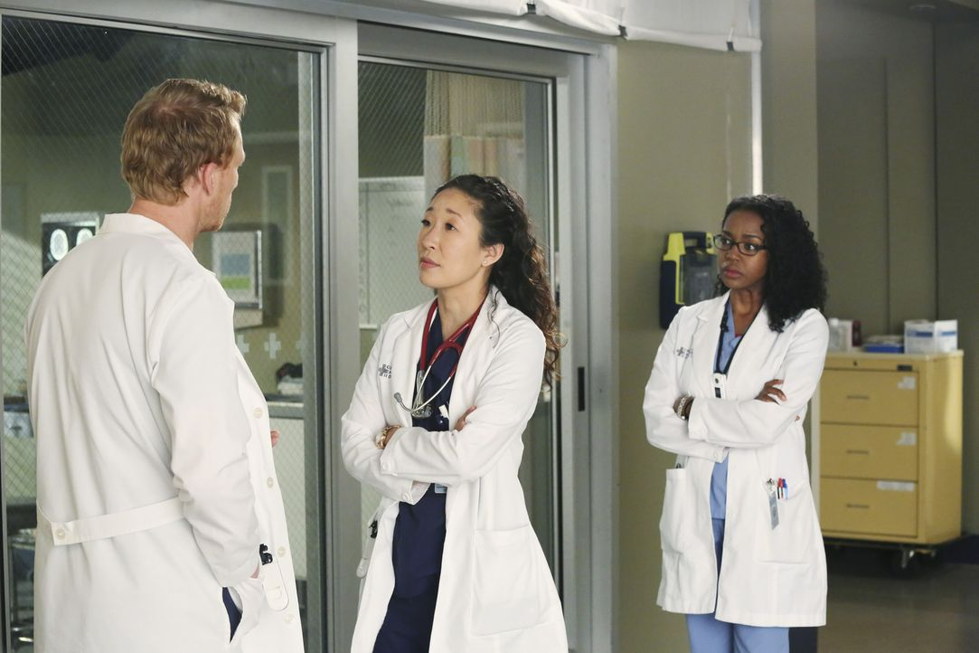 Christina (Sandra Oh, M.) erfährt, dass Owen (Kevin McKidd, l.) über eine Adoption nachgedacht hat, ohne sie einzuweihen. Sie ist fassungslos und... - Bildquelle: ABC Studios