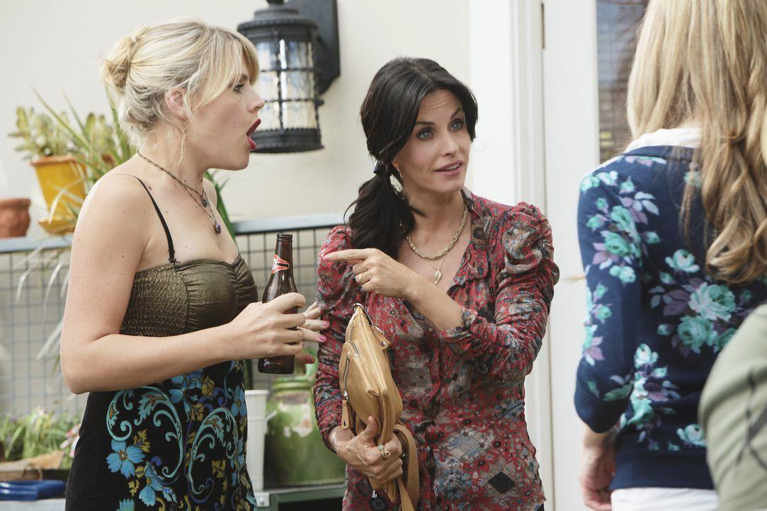 Jules (Courteney Cox, M.) versucht, Kylie (Spencer Locke, r.) zum Bleiben zu überreden, während Laurie (Busy Philipps, l.) sie daran hindert, pein... - Bildquelle: 2009 ABC INC.