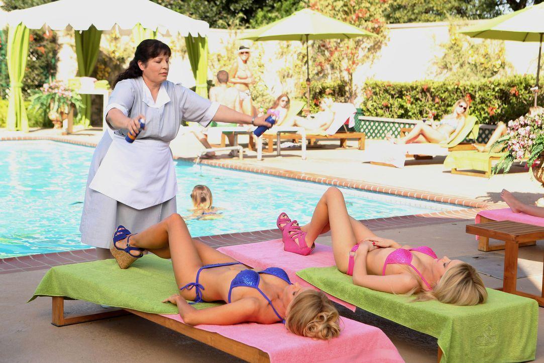 Genießen ihren Sommer in Chatswin: Dalles (Cheryl Hines, liegend l.) und Dalia (Carly Chaikin, liegend r.) ... - Bildquelle: Warner Bros. Television