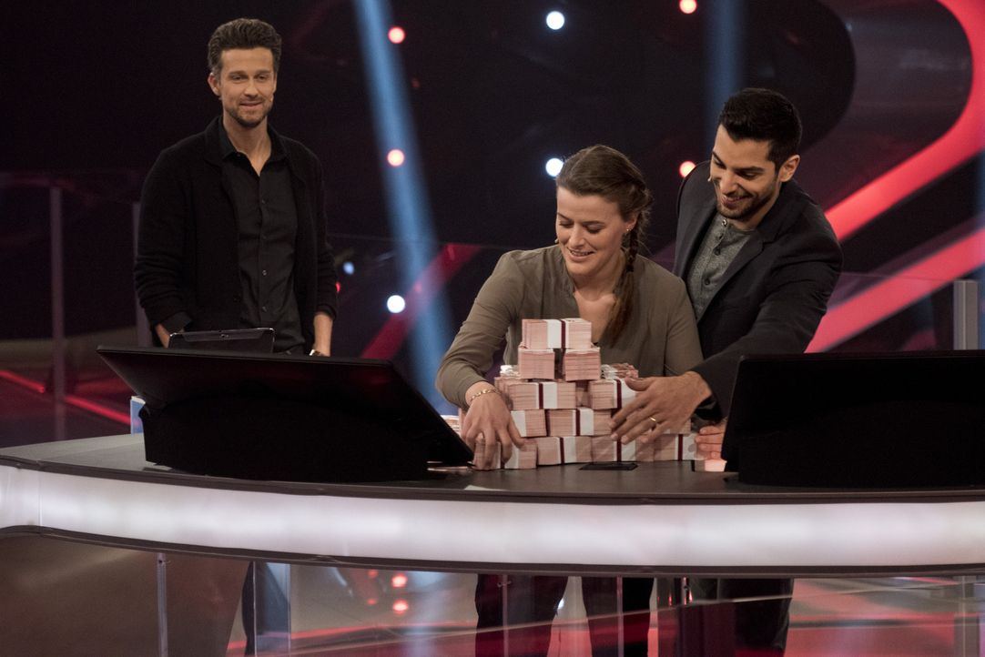 "Zocken in ""Keep Your Money"" mit Wayne Carpendale (l.) um bis zu 250.000 Euro: Sozialarbeiterin Angela Gross-Thebing (M.) und Medizinstudent Sofyen S... - Bildquelle: Martin Rottenkolber SAT.1"