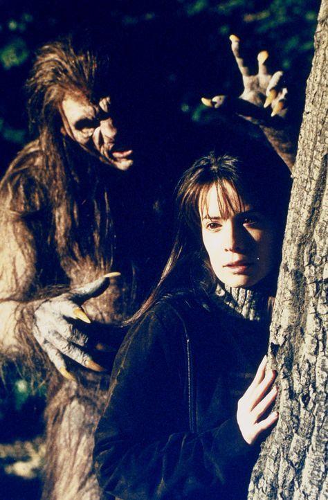 """Piper (Holly Marie Combs) ahnt nicht, dass ein """"Wendigo"""" hinter ihr her ist ... - Bildquelle: Paramount Pictures"""
