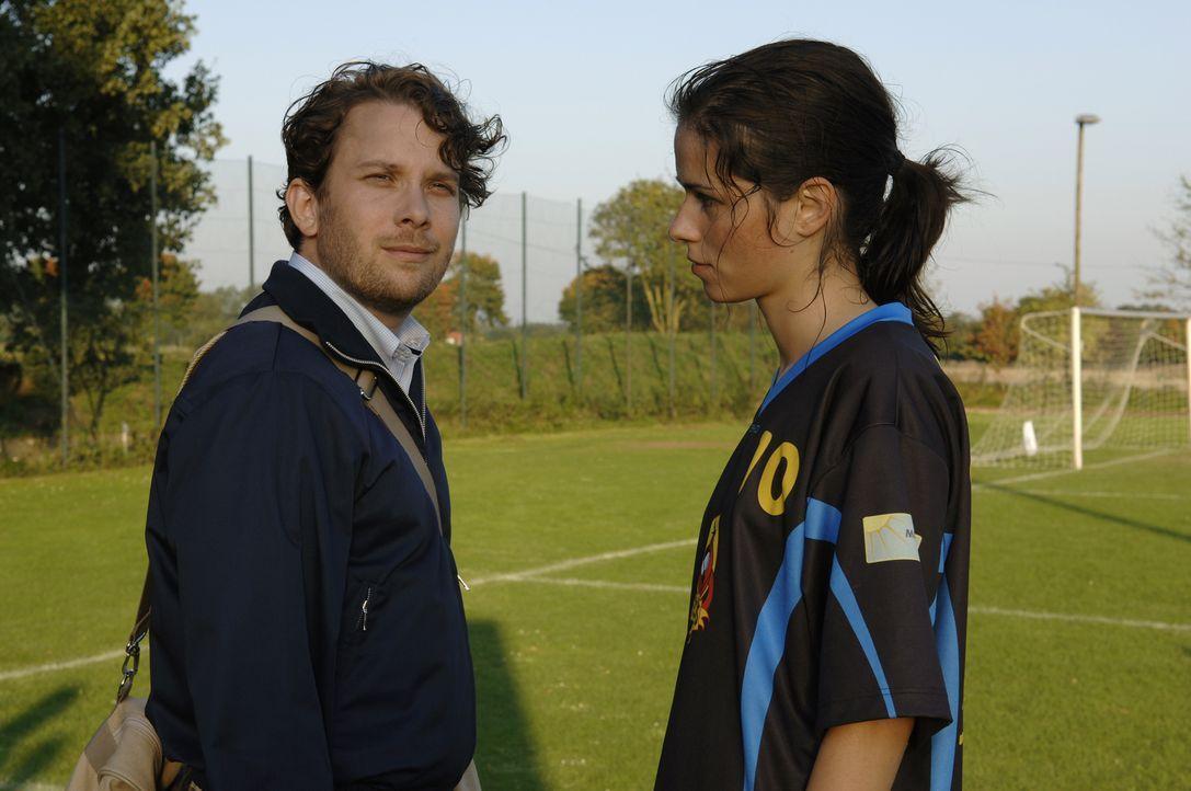 Paul (Christian Ulmen, l.) und Anna (Nora Tschirner, r.) sind ein glückliches Paar - bis sie in Pauls Heimatstadt ziehen ... - Bildquelle: Wüste Filmproduktion