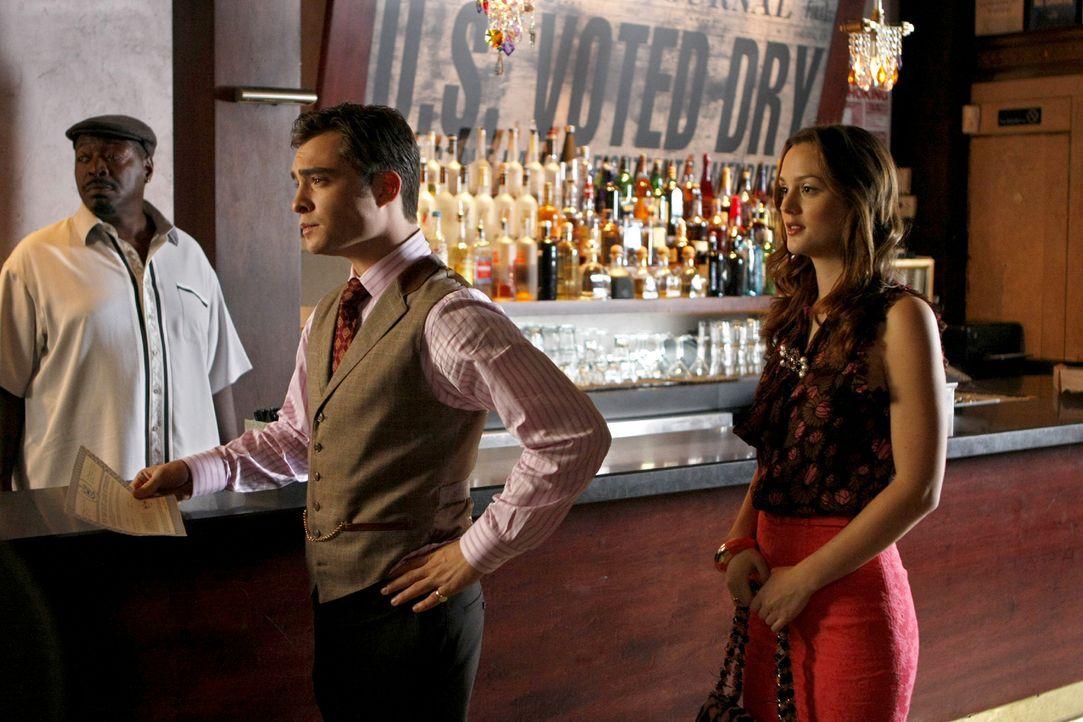 Sowohl der Barkeeper Horace (Chuck Cooper, l.), als auch Chuck (Ed Westwick, M.) und Blair (Leighton Meester, r.) sind gespannt, ob die Alkohollizen... - Bildquelle: Warner Brothers