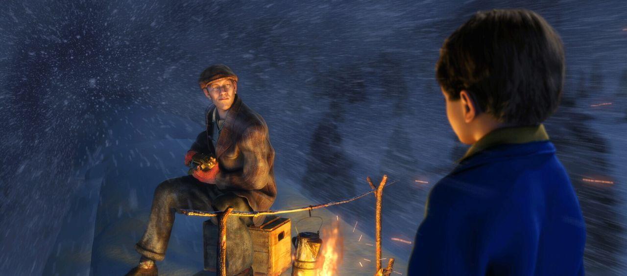 Auf dem Dach vom Polarexpress lernt der kleine Junge einen Mann kennen, der ihm erzählt, dass er der Herr über den Nordpol ist ... - Bildquelle: Warner Bros. Pictures