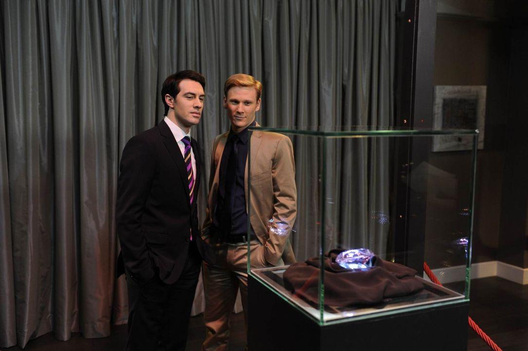 Mark (Arne Stephan, l.) sieht in dem Millionenstein seine große Chance, Philips (Philipp Romann, r.) Geld auf einen Schlag zusammenzubekommen ... - Bildquelle: SAT.1