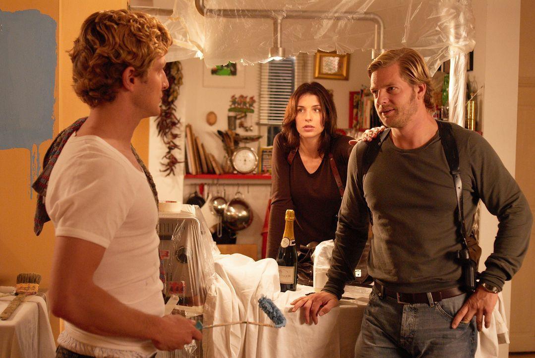 Bernd (Holger Stockhaus, l.) eröffnet Leo (Henning Baum, r.) und Nina (Elena Uhlig, M.), dass er seinen Job verloren hat. - Bildquelle: Sat.1