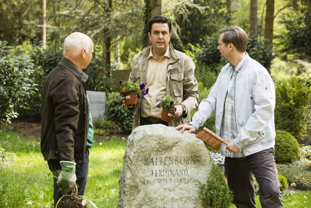 Selbst am Grab von Onkel Ferdi herrscht kein Frieden zwischen ihnen: Bastian (Bastian Pastewka, M.) mit seinem Vater Volker (Dietrich Hollinderbäume... - Bildquelle: Frank Dicks SAT.1