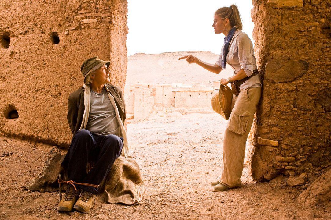 Erst viel zu spät erkennt Archäologin Tess Chakyin (Mira Sorvino, r.), dass sich ihr ehemaliger Mentor und väterlicher Freund Bill Vance (Kenneth We... - Bildquelle: 2008 Templar Productions (Muse) Inc. All Rights Reserved