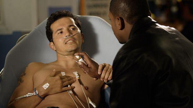 Dr. Victor Clemente (John Leguizamo, l.), der neue Oberarzt,  stellt sich gle...