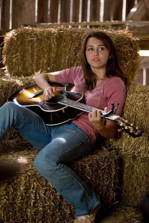 Soll bei der Oma auf dem Lande wieder etwas geerdet werden: Miley (Miley Cyrus) alias Hannah Montana ... - Bildquelle: Sam Emerson Walt Disney Pictures.  All Rights Reserved