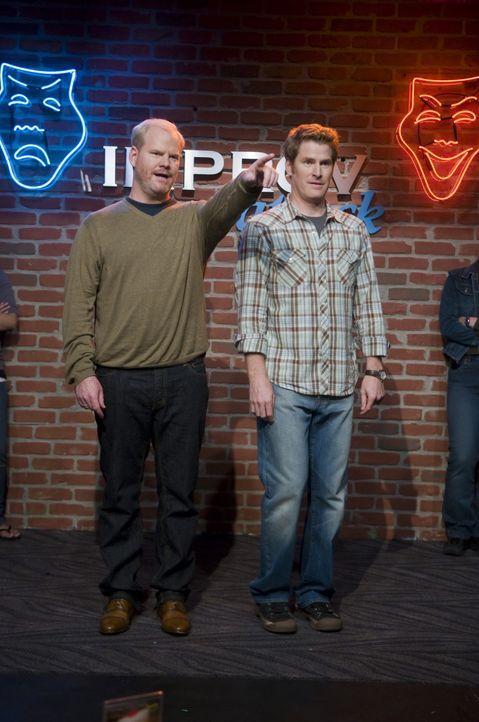 Auf Empfehlung seines Geschäftspartners Jo, von dem er viel erzählt, nimmt Andy (Jim Gaffigan, l.) an einem Improvisationskurs teil. In der Hoffnu... - Bildquelle: Sony Pictures Television Inc. All Rights Reserved.