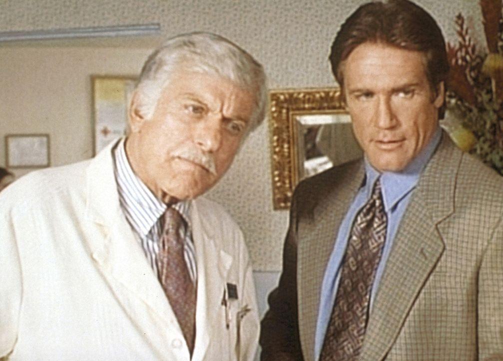 Mark (Dick Van Dyke, r.) und Steve (Barry Van Dyke, l.) stehen den Aussagen einer Patientin kritisch gegenüber. - Bildquelle: Viacom