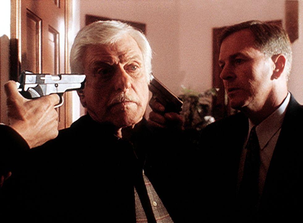 Mark (Dick Van Dyke, l.) wird von zwei Eindringlingen in seinem Haus bedroht. Die beiden suchen eine Videokassette mit belastenden Bildern. - Bildquelle: Viacom