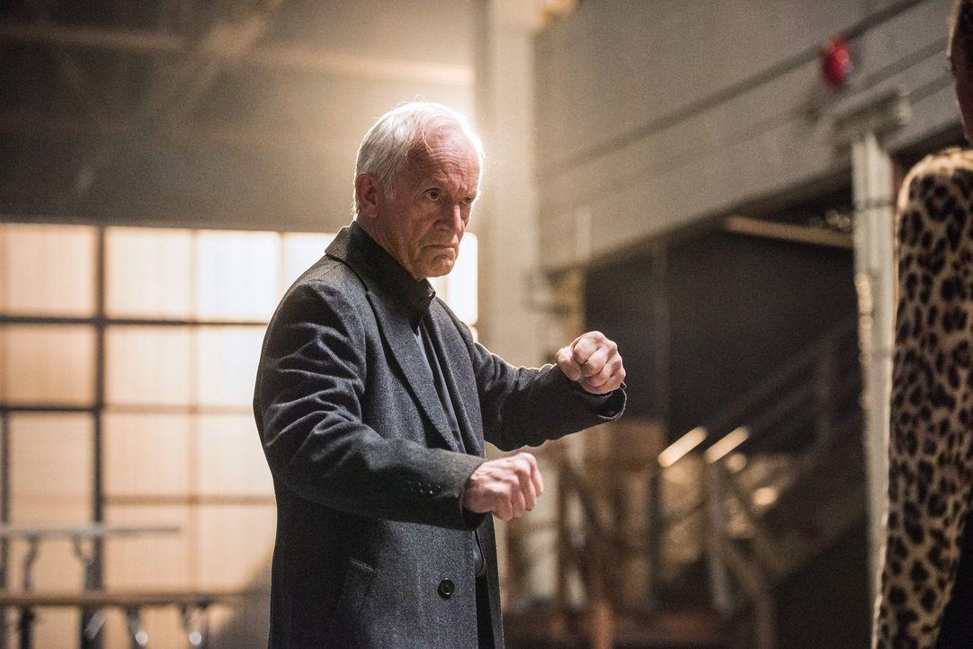 Die Jahre haben auch an dem JSA-Mitglied Todd Rice alias Obsidian (Lance Henriksen) genagt. Wird er die Legends trotzdem unterstützen? - Bildquelle: Warner Brothers