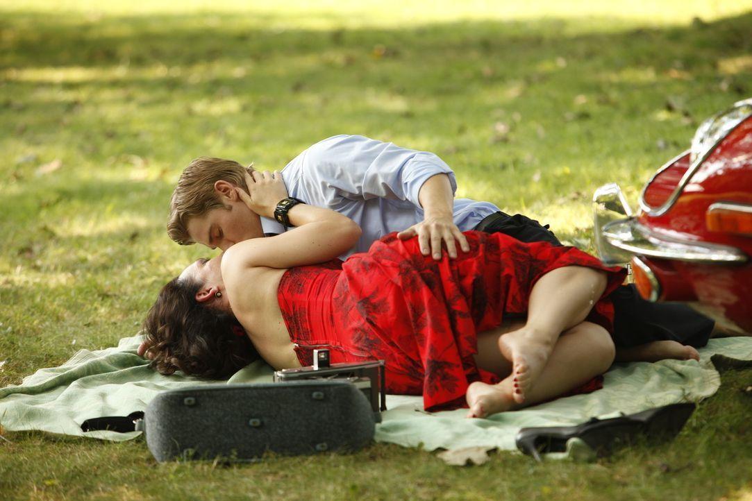Das Treffen zwischen Ginny (Erin Cummings, l.) und Dean (Mike Vogel, r.) entwickelt sich zu einem sehr riskanten Unterfangen ... - Bildquelle: 2011 Sony Pictures Television Inc.  All Rights Reserved.