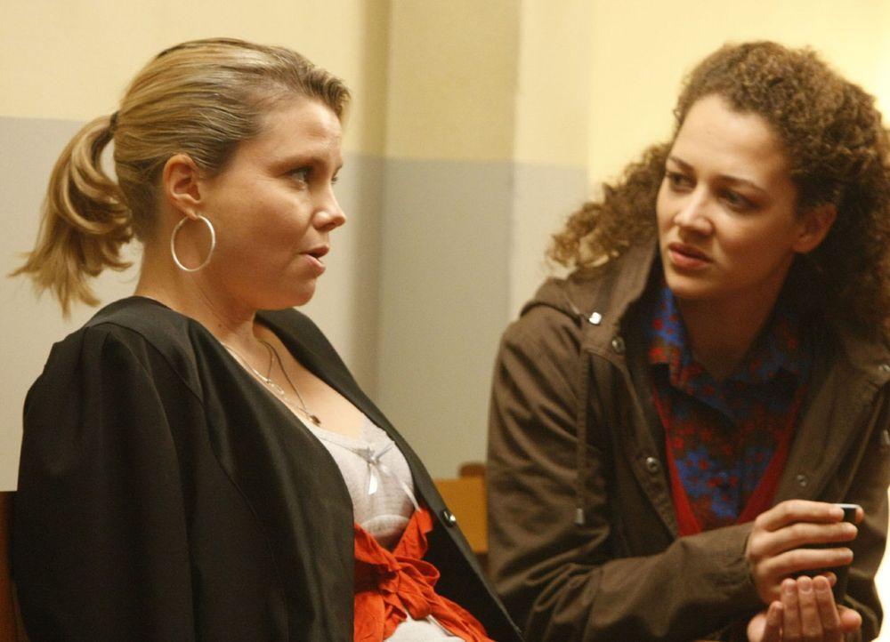 Gemeinsam gehen Danni (Annette Frier, l.) und Miriam Adacher (Oona Devi-Liebich, r.) vor Gericht, um gegen eine Bank vorzugehen. Ein ziemlich schwie... - Bildquelle: SAT.1
