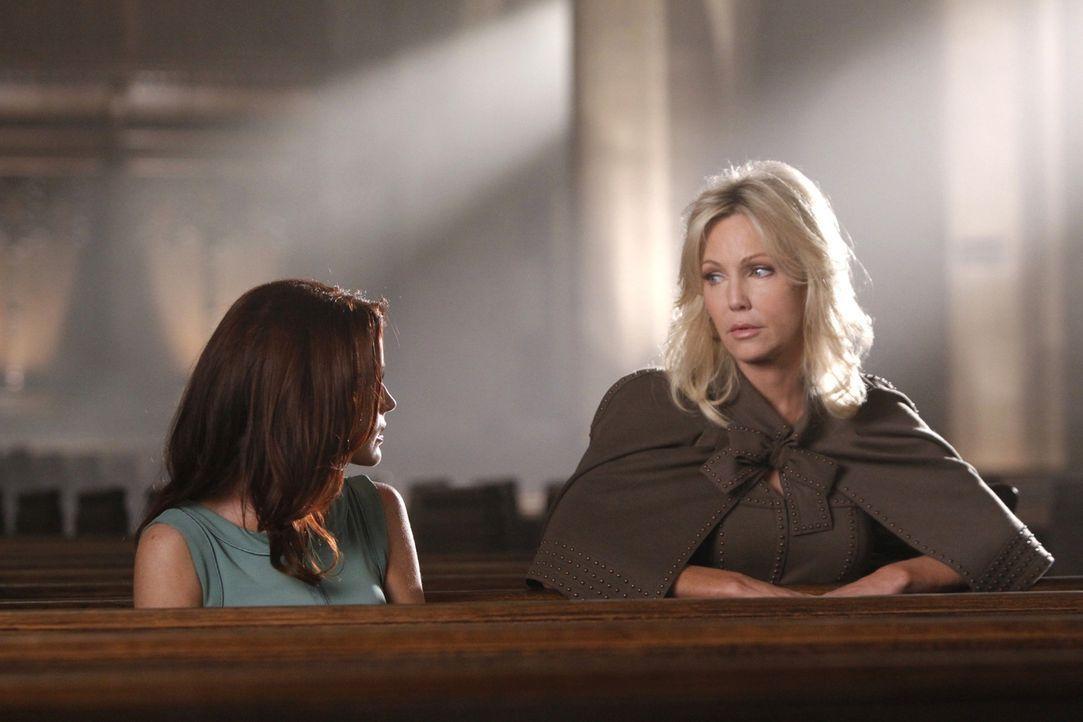 Und wieder einmal macht die Macht- und Geldgier aus Freunden Feinde! Sydney (Laura Leighton, l.) und Amanda (Heather Locklear, r.) - Bildquelle: 2009 The CW Network, LLC. All rights reserved.