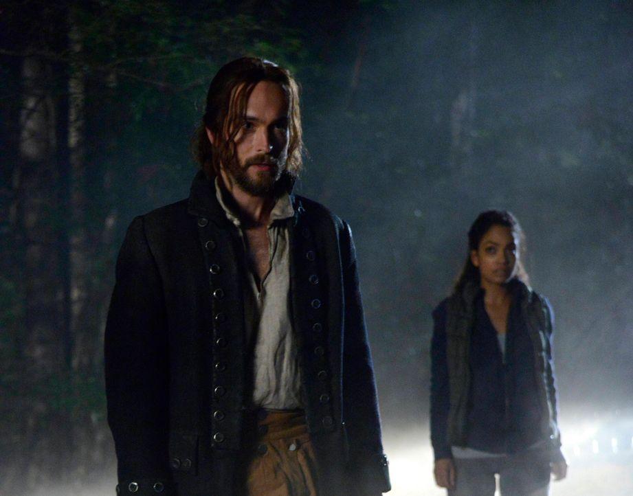 Zusammen mit Jenny (Lyndie Greenwood, r.) macht sich Ichabod (Tom Mison, l.) auf die Suche nach einem Schlüssel, der Abbie aus dem Fegefeuer retten... - Bildquelle: 2014 Fox and its related entities. All rights reserved.