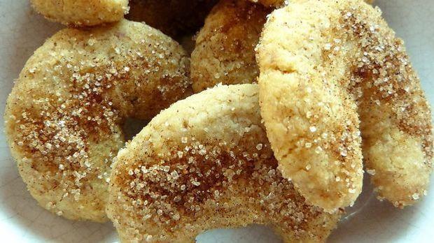Mit etwas Zimt im Zucker schmecken die süßen Hörnchen gleich noch etwas weihn...