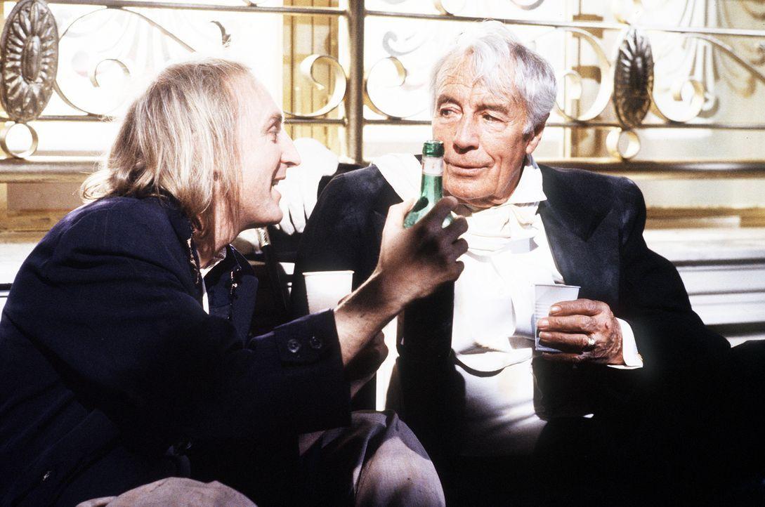Otto (Otto Waalkes, l.) und der Bettler (Johannes Heesters, r.) haben eins gemeinsam: kein Geld ... - Bildquelle: Wolfgang Jahnke Tobis Filmkunst