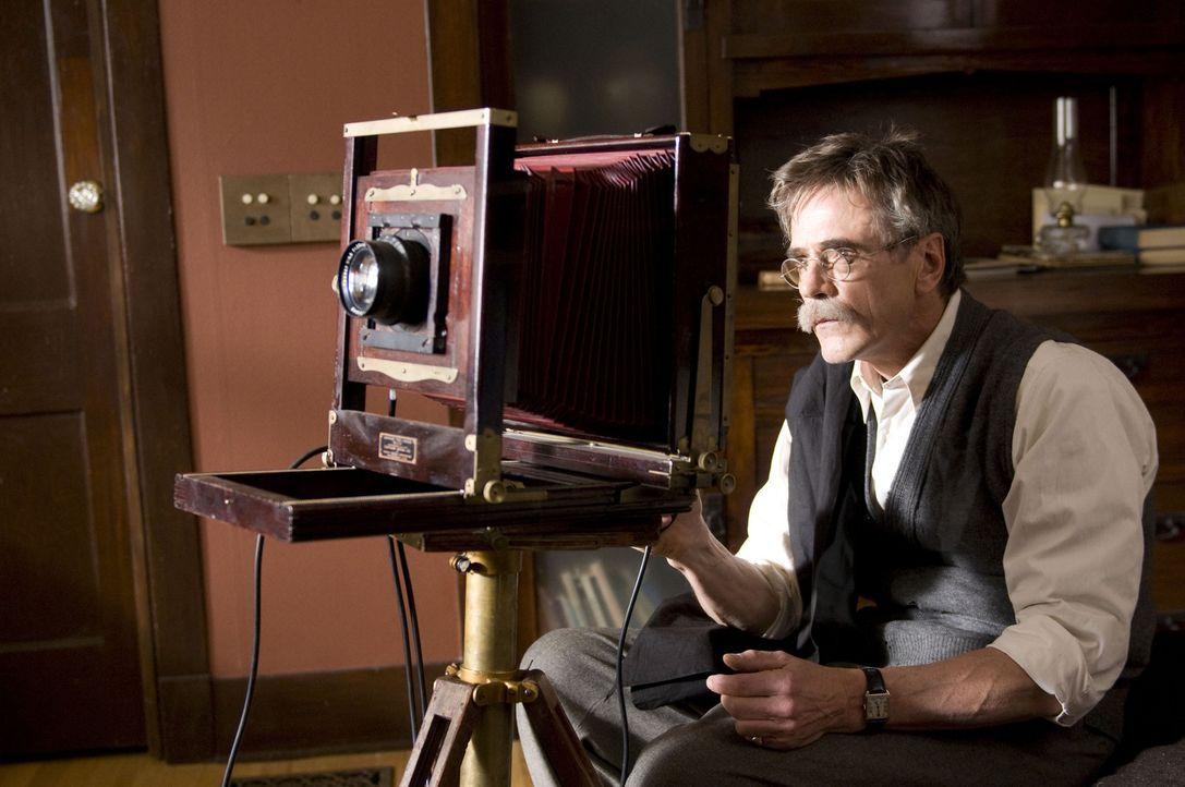 Mit seiner Kamera versucht Alfred Stieglitz (Jeremy Irons) die schönen Dinge des Lebens für die Ewigkeit festzuhalten und nur ganz nebenbei etwas... - Bildquelle: 2009 Sony Pictures Television Inc. All Rights Reserved.