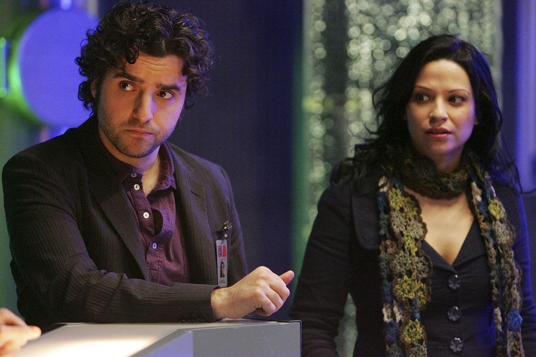 Arbeiten an einem ganz speziellen Fall: Charlie (David Krumholtz, l.) und Amita (Navi Rawat, r.) ... - Bildquelle: Paramount Network Television