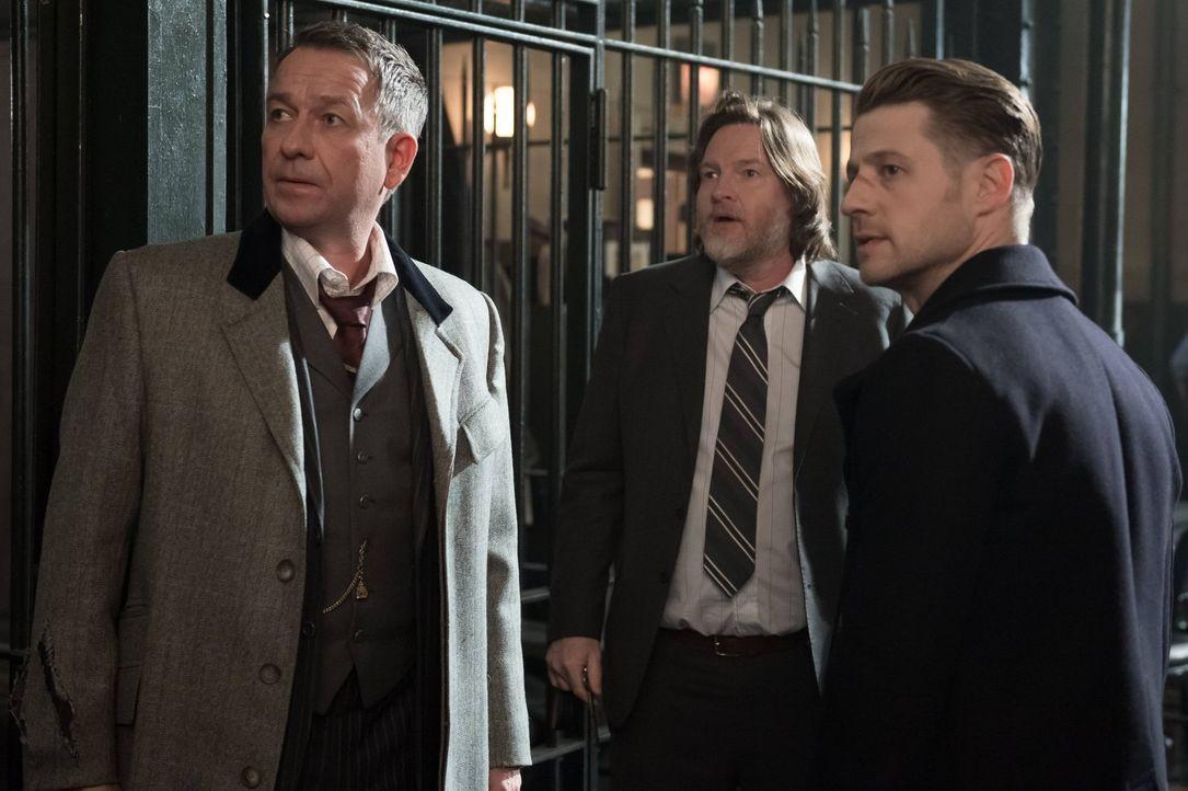 Versuchen alles, um den Mörder von Bruce Waynes Eltern zu finden: Alfred (Sean Pertwee, l.), Gordon (Ben McKenzie, r.) und Bullock (Donal Logue, M.)... - Bildquelle: Warner Brothers