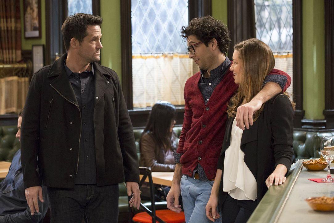 Schafft es Leslie (Bianca Kajlich, r.), ihren Ex-Mann Julius (Josh Hopkins, l.) mit Burski (Rick Glassman, M.) eifersüchtig zu machen? - Bildquelle: Warner Brothers
