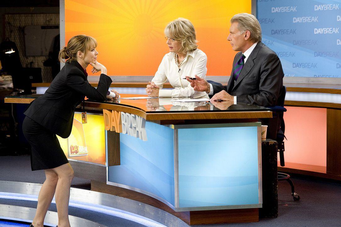 Becky Fuller (Rachel McAdams, l.) versucht zwischen den beiden Streithähnen Mike Pomeroy (Harrison Ford, r.) und Colleen Peck (Diane Keaton, l.) zu... - Bildquelle: 2010 Paramount Pictures.  All rights reserved.