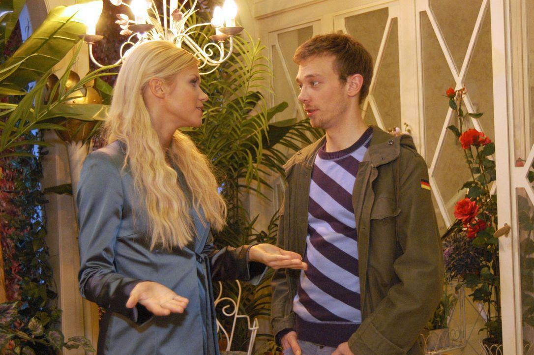 Als Jürgen (Oliver Bokern, r.) versucht, mit Sabrina (Nina-Friederike Gnädig, l.) zu flirten, macht diese ihm unmissverständlich klar, dass er ni... - Bildquelle: Monika Schürle Sat.1