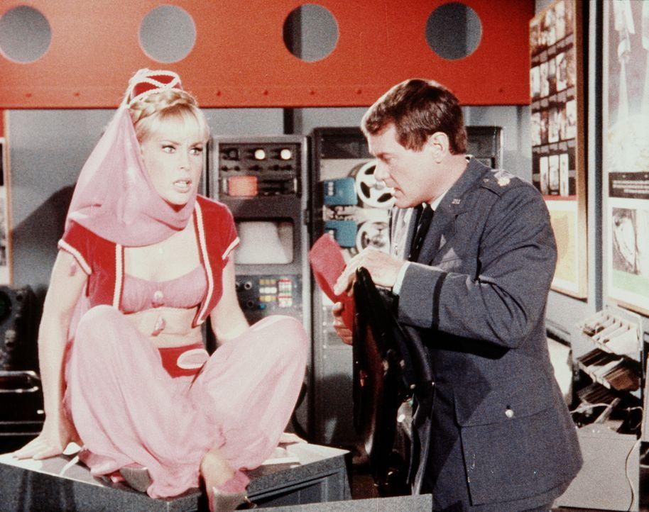 Tony (Larry Hagman, r.) zeigt Jeannie (Barbara Eden, l.) einen Spezialsafe, in dem Material lagert, das zum Mond geschossen werden soll. - Bildquelle: Columbia Pictures