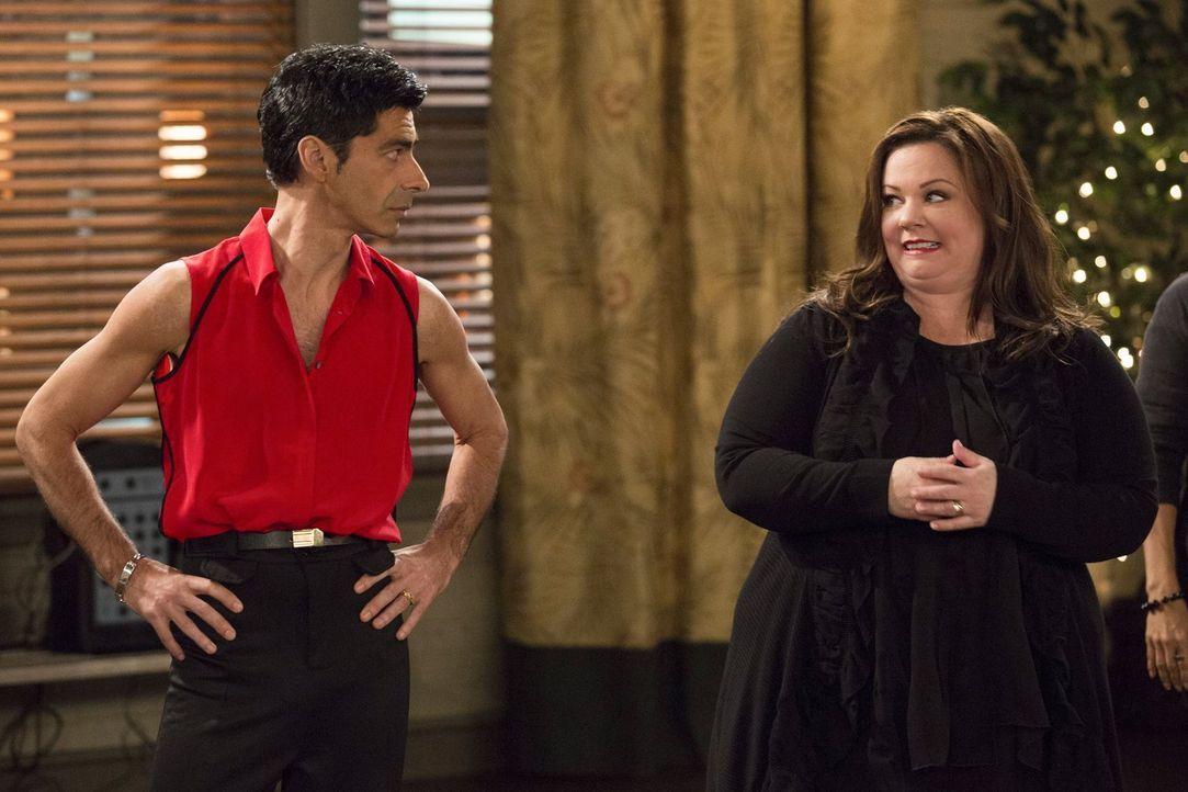 Eine ganz besondere Tanzstunde: Enrique (Luis Fernandez-Gil, l.) und Molly (Melissa McCarthy, r.) ... - Bildquelle: Warner Brothers