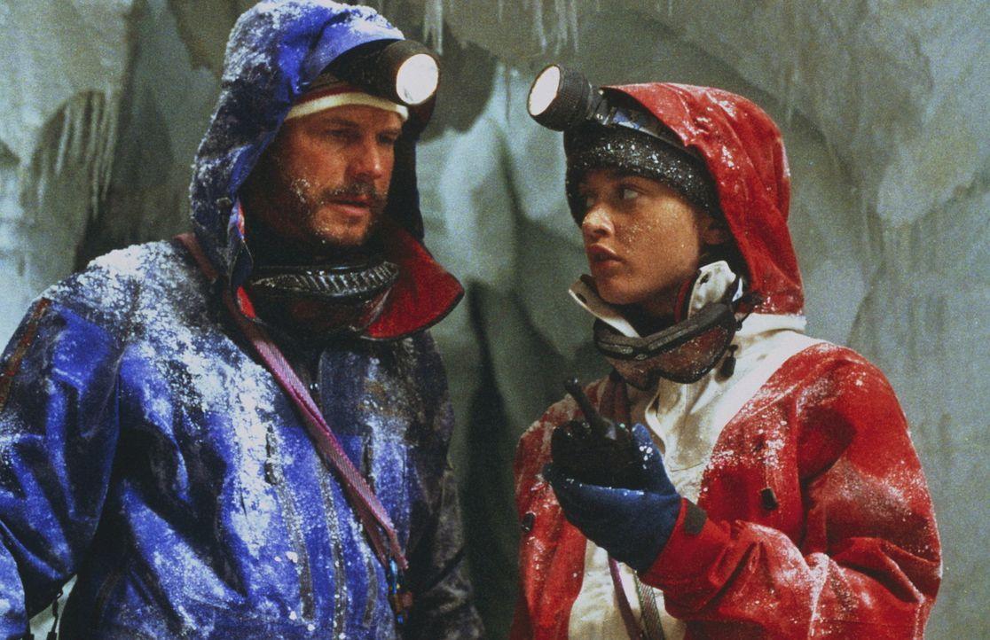 Milliardär Elliot (Bill Paxton) und seine Führerin Annie (Robin Tunney) sind in einer Gletscherspalte gefangen. Ihre Überlebenschancen sinken mit... - Bildquelle: Columbia Pictures