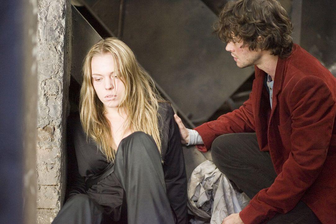 Zunächst hat der junge Amerikaner Aiden (Hugh Dancy, r.) keine Ahnung, dass seine neue Bekanntschaft (Agnes Bruckner, l.) mitten ins Zentrum eines... - Bildquelle: 2007 Kinowelt GmbH