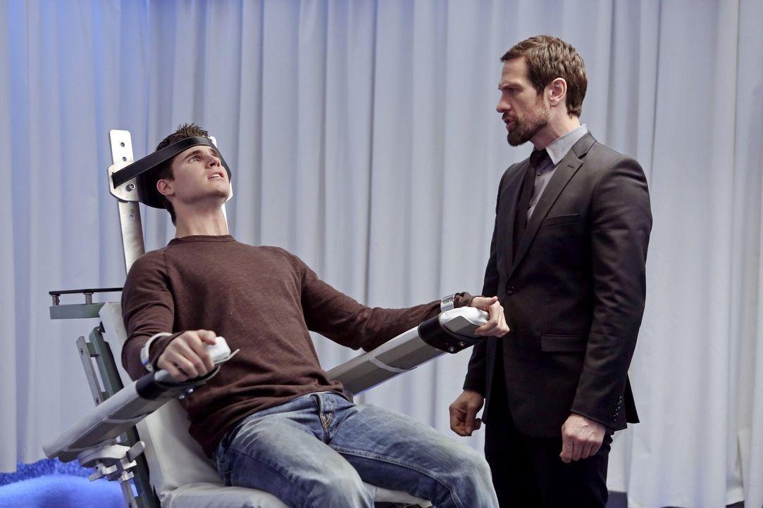 """Nachdem Stephen (Robbie Amell, l.) sich entschieden hat, nicht mehr für Ultra zu arbeiten, will der Gründer von """"Ultra"""" (Simon Merrells, r.) ihn mit... - Bildquelle: Warner Bros. Entertainment, Inc"""