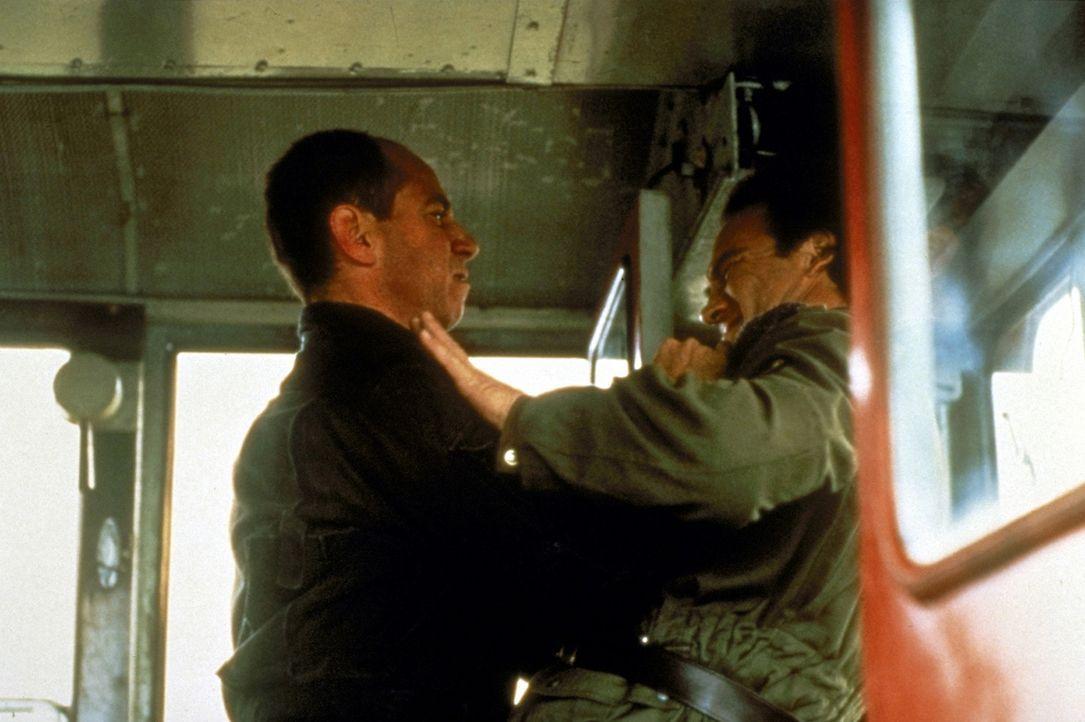 Auf der Suche nach dem Versteck der Abtrünnigen gerät Geheimagent Shayne Royce (James Belushi, r.) in große Gefahr ... - Bildquelle: Showtime Networks Inc.