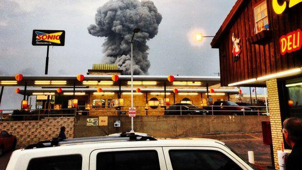 Die gewaltige Explosion einer Fabrik erschüttert eine Kleinstadt in Texas und...