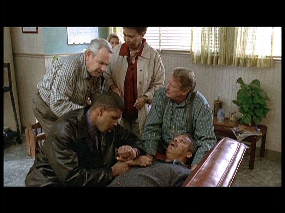 Dr. Benton (Eriq Salle, l.) besucht seinen ehemaligen Lehrer Mr. Ferris (Roger Robinson, liegend) im Wohnheim, der plötzlich unter einem leichten He... - Bildquelle: TM+  2000 WARNER BROS.