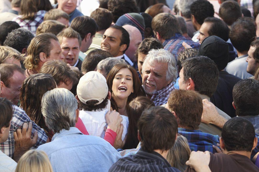 Während Juanita Gabrielles Geheimnis aufdeckt, eskaliert die friedlich geplante Demonstration der Nachbarn: Susan (Teri Hatcher, M.) ... - Bildquelle: ABC Studios