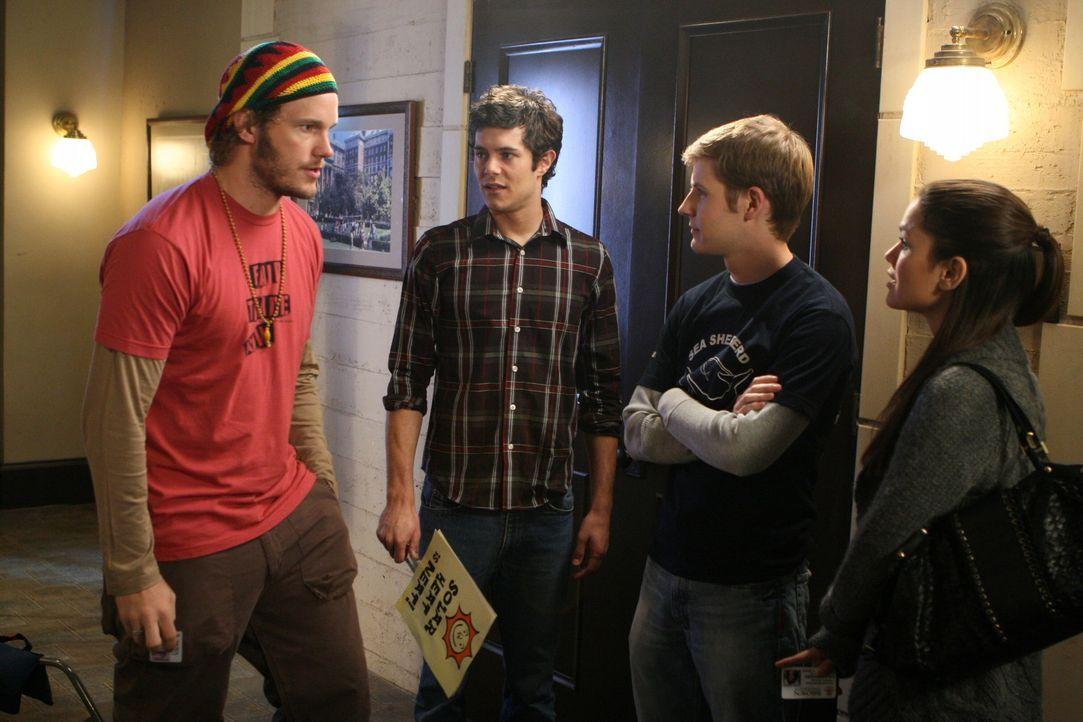 Summer (Rachel Bilson, r.) erzählt Che (Chris Pratt, l.) und Kid (Zack Schenkkan, 2.v.r.), dass sie sich nur derart engagiert hat, um sich vom Tod... - Bildquelle: Warner Bros. Television