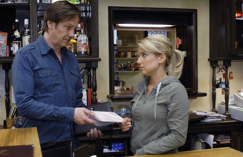 Armin (Rainer Will, l.) zeigt Anna (Jeanette Biedermann, r.) den Totenschein ihres Vaters, den ein libanesischer Arzt ausgestellt hat. - Bildquelle: Oliver Ziebe Sat.1