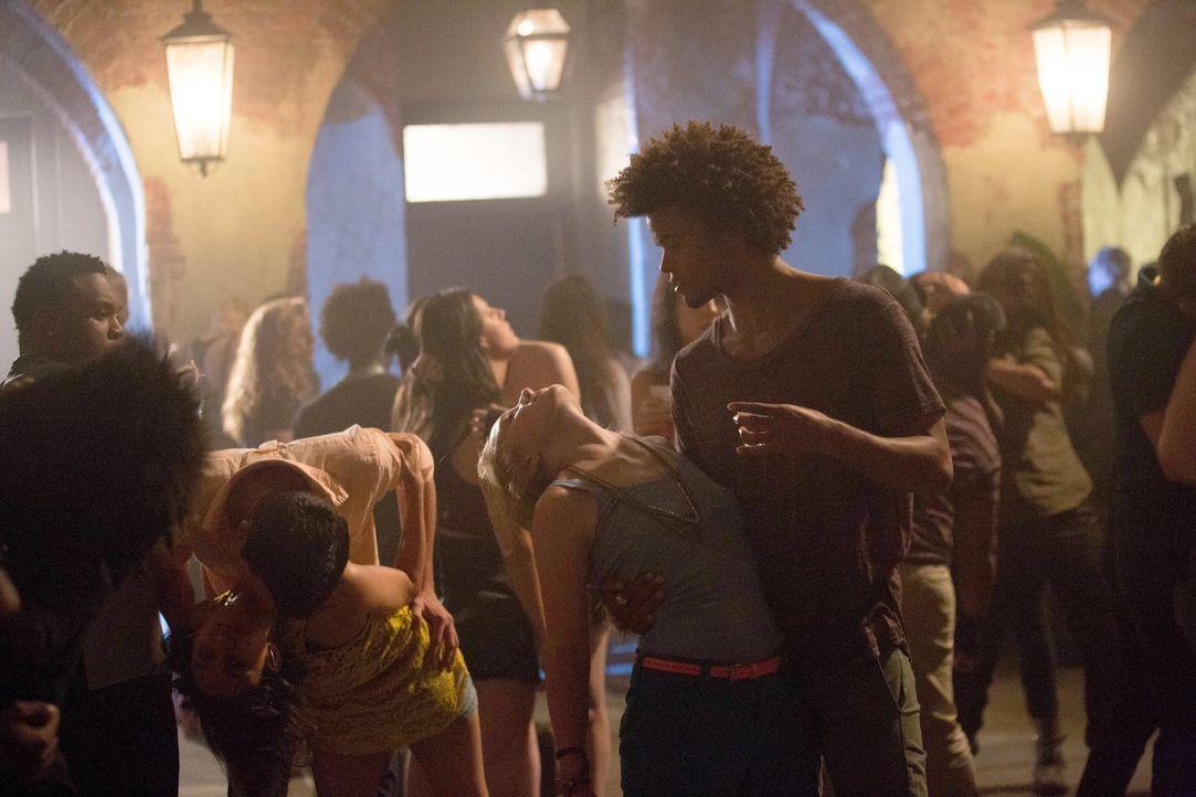 Das Buffet ist eröffnet: Der Vampir Diego (Eka Darville, r.) und seine Freunde genießen den Mitternachtssnack ... - Bildquelle: Warner Bros. Television