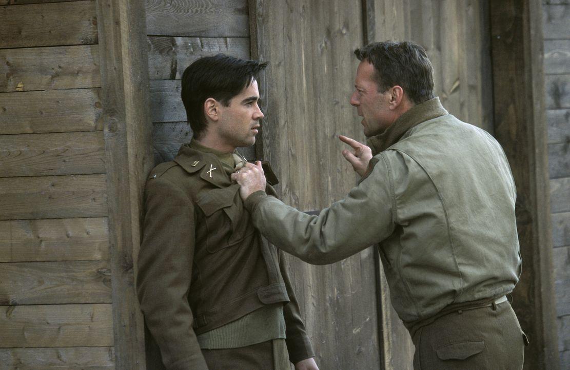 Hart (Colin Farrell, l.) findet heraus, dass der von McNamara (Bruce Willis, r.) angezettelte Prozess nur eine Farce ist, die die deutschen Bewacher... - Bildquelle: Metro-Goldwyn-Mayer Studios Inc. All Rights Reserved.