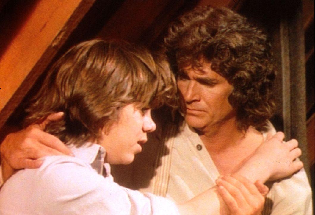 Seit dem Tod seiner Mutter ist der kleine Andrew (Patrick Laborteaux, l.) verzweifelt und sucht Hilfe bei Charles (Michael Landon, r.) ... - Bildquelle: Worldvision